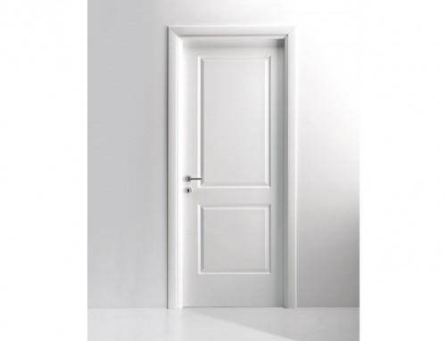 Ξύλινη λευκή εσωτερική πόρτα σπιτιού