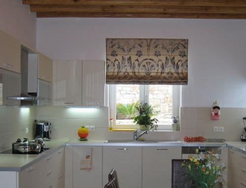 Κουζίνα με ξύλινα δοκάρια οροφής