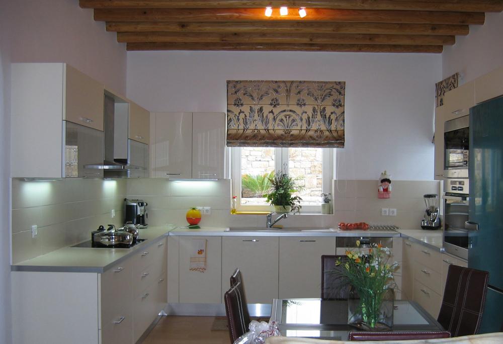 Μοντερνα κουζίνα με ξυλινα δοκάρια